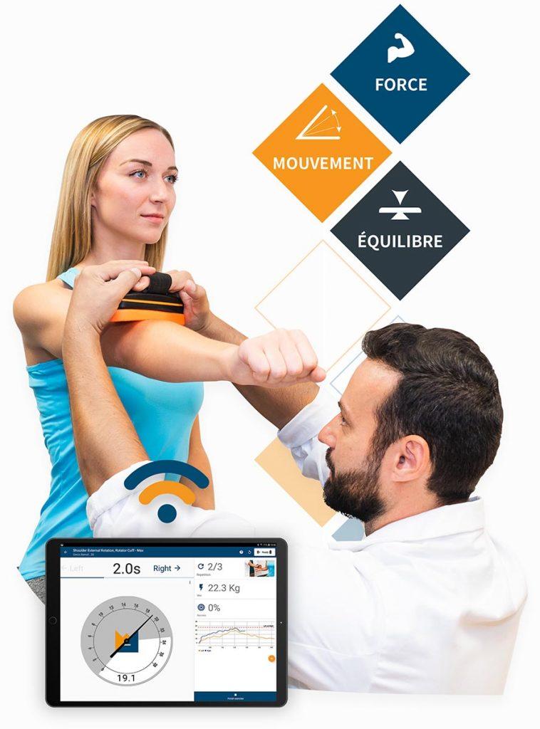 Photo d'un kiné évaluant un patient avec notre solution de rééducation